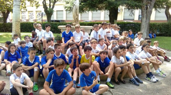Foto de grupo en los jardines de nuestro Colegio