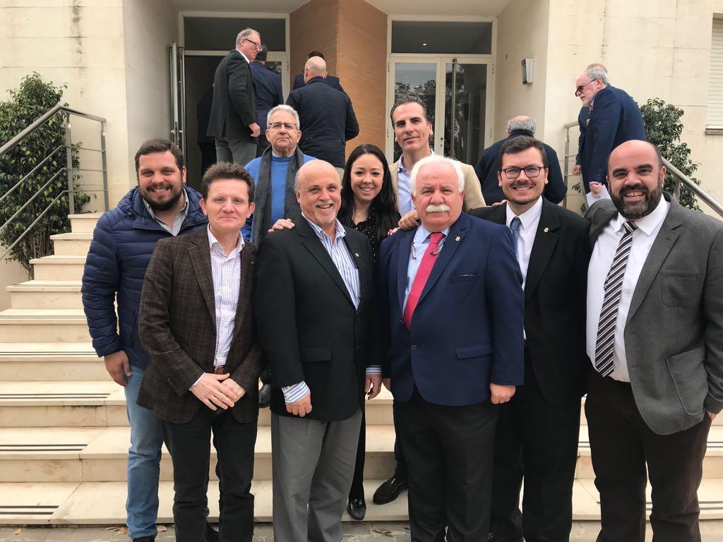 Hermanos y asociados de la comunidad de Córdoba junto al Superior General