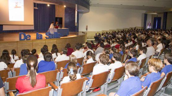 Alumnado de Primaria y Secundaria durante la charla motivacional del deportista Cisco García