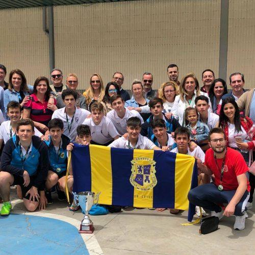 El Equipo de Balonmano celebra su victoria junto a sus familiares